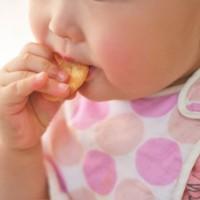 お菓子を食べる子