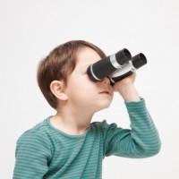 双眼鏡を持つ男の子